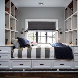 Idéer för små vintage pojkrum kombinerat med sovrum och för 4-10-åringar, med grå väggar och mörkt trägolv