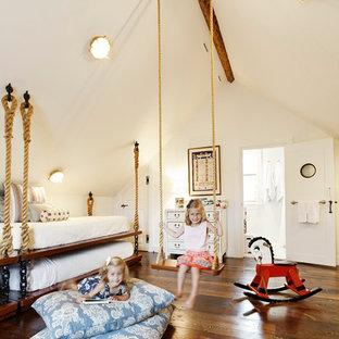 Foto di una cameretta da letto stile marino con pareti bianche e parquet scuro