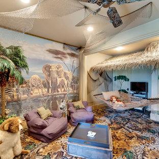 Medelhavsstil inredning av ett barnrum kombinerat med lekrum, med flerfärgade väggar och heltäckningsmatta