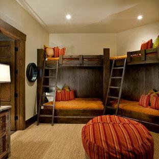 Neutrales Klassisches Kinderzimmer mit Schlafplatz, beiger Wandfarbe, Teppichboden und beigem Boden in Salt Lake City