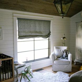 Idee per una cameretta per bambini da 1 a 3 anni country con pareti bianche e pavimento in legno massello medio