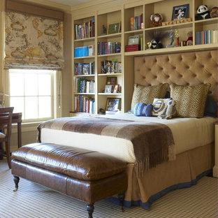 Großes Klassisches Jugendzimmer mit Schlafplatz, beiger Wandfarbe, Teppichboden und beigem Boden in New York