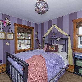 Immagine di una cameretta per bambini da 4 a 10 anni stile americano di medie dimensioni con pareti viola e parquet chiaro
