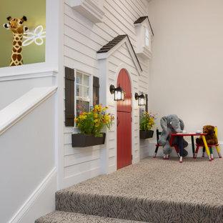 Стильный дизайн: детская с игровой в средиземноморском стиле с белыми стенами, ковровым покрытием, разноцветным полом и сводчатым потолком для ребенка от 1 до 3 лет - последний тренд