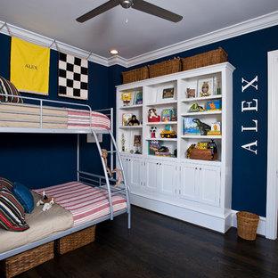 Foto de dormitorio infantil de 4 a 10 años, clásico, con paredes azules y suelo de madera oscura