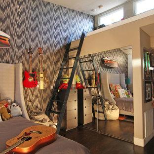 Inspiration pour une chambre d'enfant bohème avec un mur gris et un sol en bois foncé.