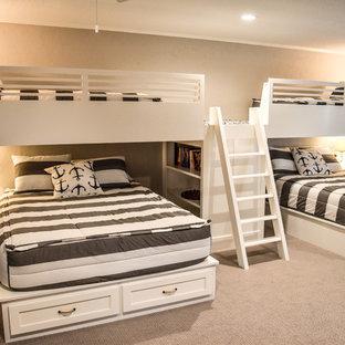 Modelo de dormitorio infantil marinero, grande, con paredes beige, moqueta y suelo beige