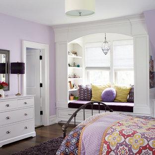 Idées déco pour une chambre d'enfant classique avec un mur violet.