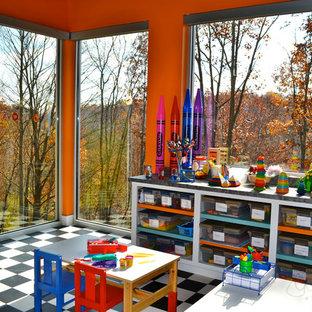 Inredning av ett modernt stort könsneutralt barnrum kombinerat med lekrum och för 4-10-åringar, med orange väggar och linoleumgolv