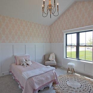 Inredning av ett stort flickrum kombinerat med sovrum och för 4-10-åringar, med heltäckningsmatta och grått golv