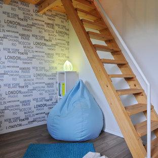Idées déco pour une chambre d'enfant contemporaine avec un mur blanc et un sol en bois brun.