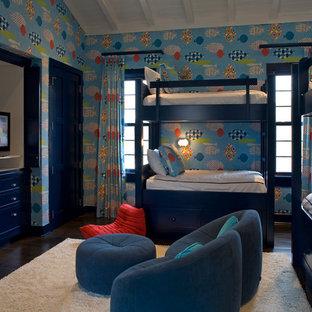 Immagine di una grande cameretta per bambini da 4 a 10 anni mediterranea con pareti multicolore e parquet scuro
