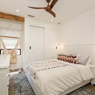 Стильный дизайн: детская в средиземноморском стиле с спальным местом, белыми стенами, паркетным полом среднего тона и коричневым полом для подростка, девочки - последний тренд