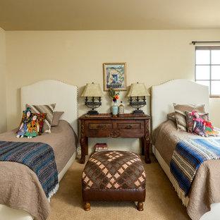 Réalisation d'une chambre d'enfant de 4 à 10 ans sud-ouest américain avec un mur beige, moquette et un sol beige.