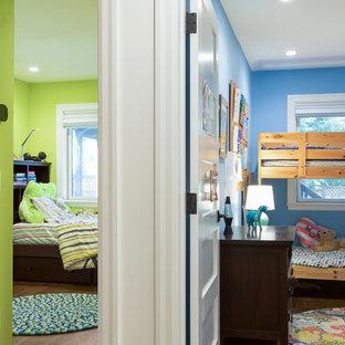 Foto di una cameretta da letto chic di medie dimensioni con pareti verdi, parquet scuro e pavimento marrone