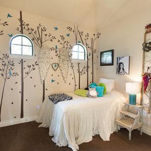 Modelo de dormitorio infantil clásico renovado, de tamaño medio, con moqueta