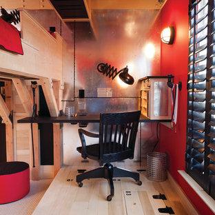 Idee per una piccola cameretta per bambini boho chic con pavimento in legno massello medio e pareti multicolore