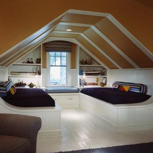 Aménagement d'une chambre d'enfant bord de mer avec un mur orange, un sol en bois peint et un sol blanc.