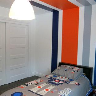 Imagen de dormitorio infantil de 4 a 10 años, minimalista, pequeño, con paredes blancas y suelo de madera oscura
