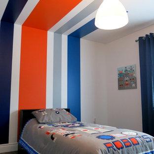 Ispirazione per una piccola cameretta per bambini da 4 a 10 anni moderna con pareti bianche e parquet scuro