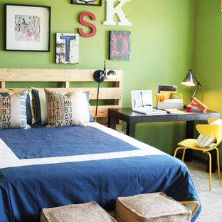 Diseño de dormitorio infantil bohemio con paredes verdes y moqueta
