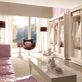 Новый формат декора квартиры: большая детская в стиле модернизм с спальным местом, фиолетовыми стенами и полом из коврового покрытия для подростка, девочки