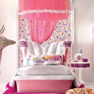 Cette photo montre une grande chambre d'enfant moderne avec un mur blanc et moquette.