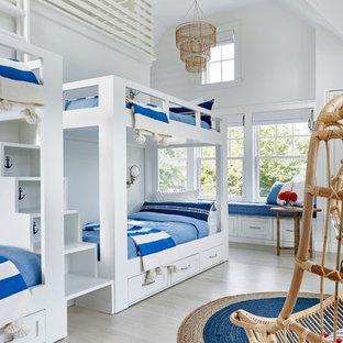 Ispirazione per un'ampia cameretta per bambini da 4 a 10 anni minimal con pareti bianche e parquet chiaro