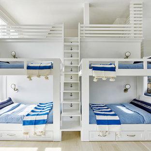 Ispirazione per un'ampia cameretta per bambini da 4 a 10 anni costiera con pareti bianche e parquet chiaro