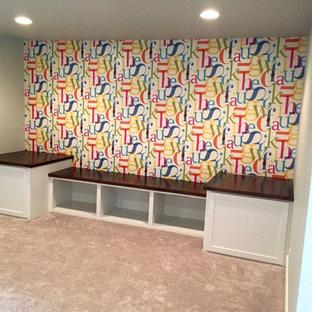 Foto di una cameretta per bambini da 4 a 10 anni american style di medie dimensioni con pareti grigie e moquette