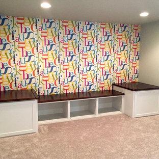 Exempel på ett mellanstort amerikanskt könsneutralt barnrum kombinerat med lekrum och för 4-10-åringar, med grå väggar och heltäckningsmatta