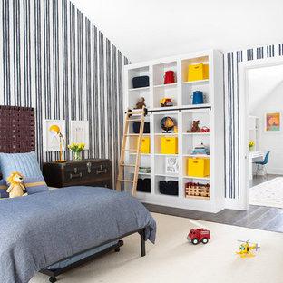 Inspiration för lantliga pojkrum kombinerat med sovrum och för 4-10-åringar, med flerfärgade väggar och mörkt trägolv