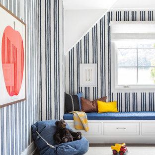 Foto de dormitorio infantil de 4 a 10 años, campestre, de tamaño medio, con paredes multicolor y suelo de madera oscura