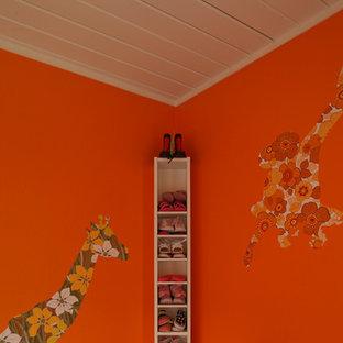Idee per una cameretta per bambini moderna con pareti arancioni