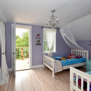 Immagine di una grande cameretta per bambini da 4 a 10 anni country con pareti viola, pavimento in laminato e pavimento beige