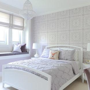 Idéer för mellanstora vintage flickrum kombinerat med sovrum och för 4-10-åringar, med lila väggar, heltäckningsmatta och beiget golv