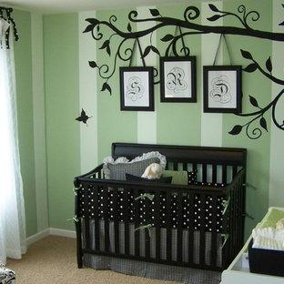 Immagine di una cameretta per bambini chic con pareti verdi