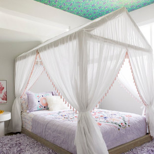 Réalisation d'une chambre d'enfant design avec un mur blanc, un sol en bois foncé, un sol marron et un plafond en papier peint.