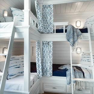 Esempio di una piccola cameretta da letto costiera con pareti bianche, pavimento con piastrelle in ceramica e pavimento beige