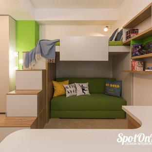 Diseño de dormitorio infantil moderno, grande, con paredes blancas y moqueta