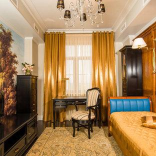 Foto de dormitorio infantil papel pintado, clásico, de tamaño medio, papel pintado, con paredes beige, suelo de madera oscura, suelo marrón y papel pintado