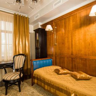 Inspiration pour une chambre d'enfant traditionnelle de taille moyenne avec un mur beige, un sol en bois foncé, un sol marron, un plafond décaissé et du papier peint.