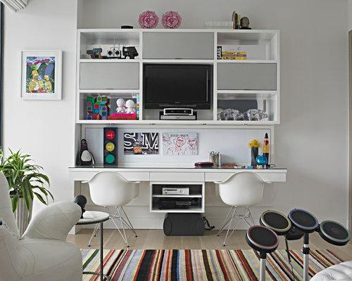 gamer zimmer neutrales groaes modernes jugendzimmer mit weiaer wandfarbe braunem holzboden arbeitsecke und beigem boden bilder