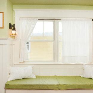 Immagine di una cameretta per bambini da 1 a 3 anni american style di medie dimensioni con pareti verdi e pavimento in legno massello medio