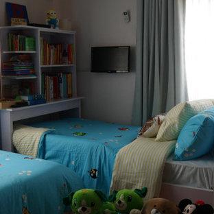 Exempel på ett litet modernt könsneutralt barnrum kombinerat med sovrum och för 4-10-åringar, med klinkergolv i keramik