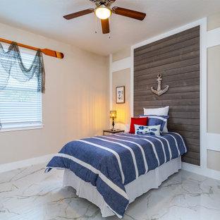 Esempio di una cameretta per bambini da 4 a 10 anni stile marinaro con pareti beige, pavimento in marmo e pavimento multicolore