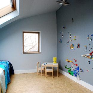 Idées déco pour une petite chambre d'enfant de 4 à 10 ans moderne avec un mur gris et un sol en liège.