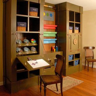 Ispirazione per una cameretta per bambini da 4 a 10 anni tradizionale di medie dimensioni con pareti beige e pavimento in legno massello medio