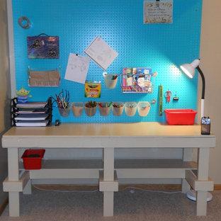 Kleines, Neutrales Industrial Kinderzimmer mit Spielecke und beiger Wandfarbe in Omaha