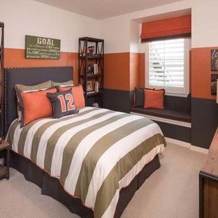 Foto på ett vintage barnrum kombinerat med sovrum, med heltäckningsmatta och flerfärgade väggar